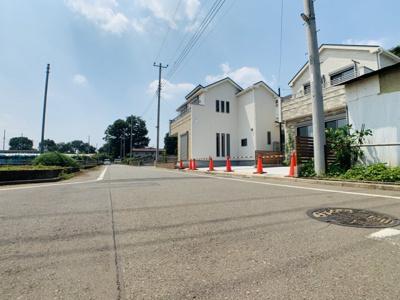 閑静な住宅地なので前面道路は居住者のみの通行で、車通りが多くなくお車の出し入れもゆっくりできます。