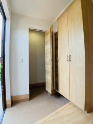 ゴルフバッグやお散歩グッズをざっくりと収納できるシューズクローゼットのある玄関はいかがでしょうか。