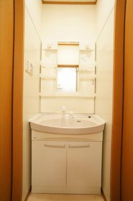 嬉しい独立の洗髪洗面化粧台で朝の身支度も快適です。