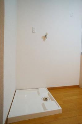 もちろん洗濯機置場も室内にございます。 ※リフォーム・クリーニング前です。