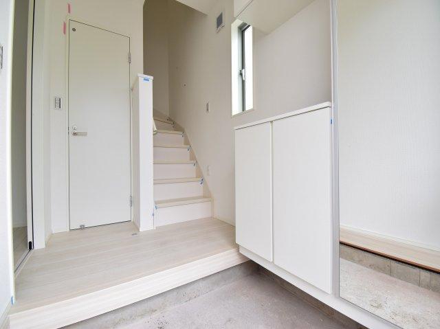 モノトーンで統一されたシンプルモダンの邸宅です。完成前のプレゼンテーションもお気軽にお申し付け下さい