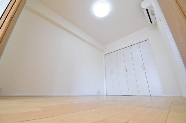 リビング横の約6帖の洋室。可動式間仕切りでシーンに合わせてご利用下さい。お子様のお昼寝にもいいかも。