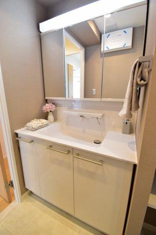3面鏡付きの独立洗面台。お手入れのしやすいフチなしボウルを採用。収納力も豊富でつかいやすさを重視。