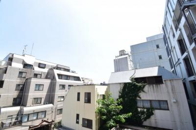 前面には遮る建物はございませんので、しっかりと陽が差し込み風通しも良好です!広い青空が広がります。