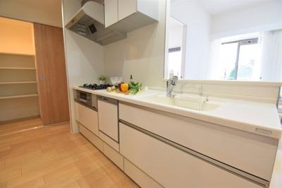 奥様が主役のこの場所。食洗機付きで家事時短は助かります。お手入れもしやすく機能的なシステムキッチン。