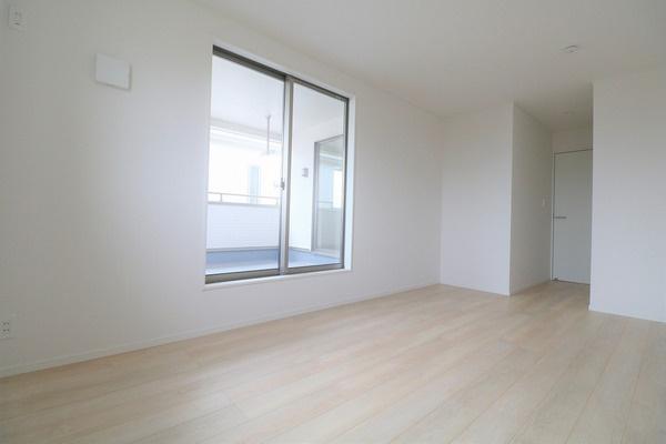 【寝室】 バルコニーに面した2階8.5帖の洋室。主寝室にいかがでしょうか♪