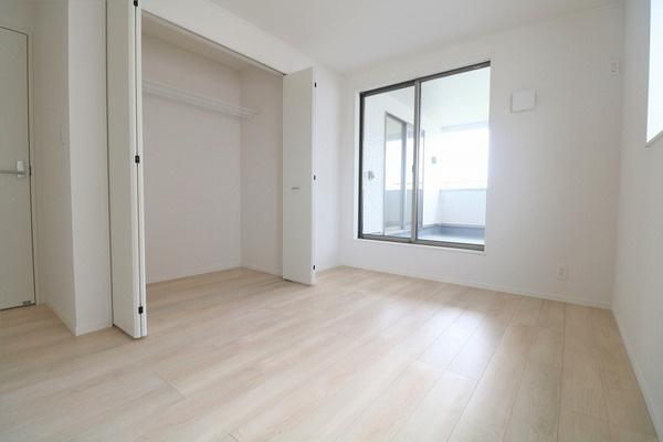 【洋室】 2階バルコニーに面した明るい6.5帖洋室です♪