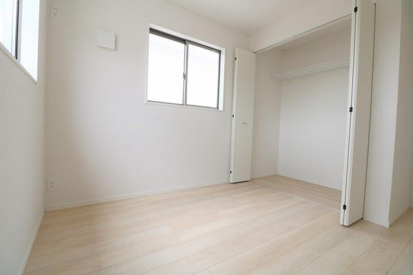 【洋室】 2階5帖の明るい洋室です♪