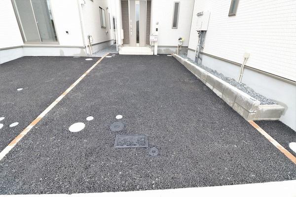 【駐車場】 駐車スペースあり。間口広く駐車も楽々♪