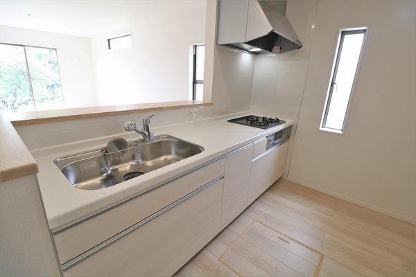 【キッチン】 キッチンスペースも広々。カウンターキッチンなのでお料理しながら会話も楽しめます♪