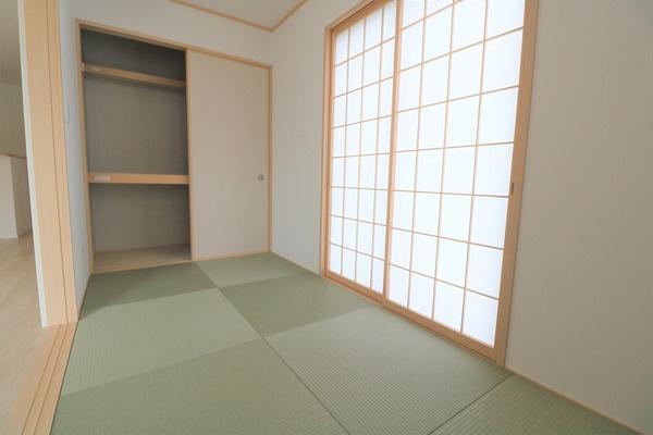 【和室】 1階4帖和室。大きな収納スペースもございます♪