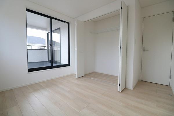 【洋室】 2階バルコニーに面した明るい5.7帖洋室です♪