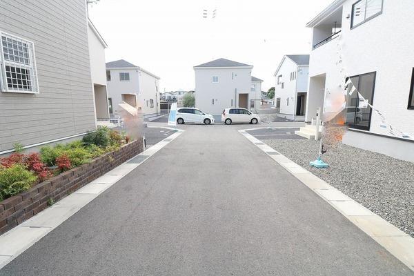 【前面道路】 新しく開発された区画なので道路も広く車通りも居住されてる方のみなのでお子様が遊ぶのも安心ですね♪