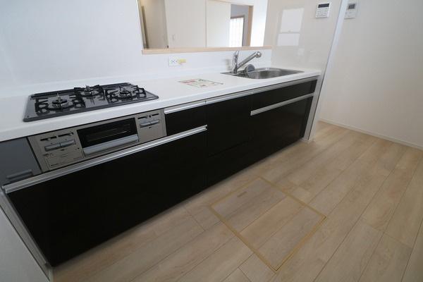 【キッチン】 ゆとりある広さのキッチン。床下収納もございます♪