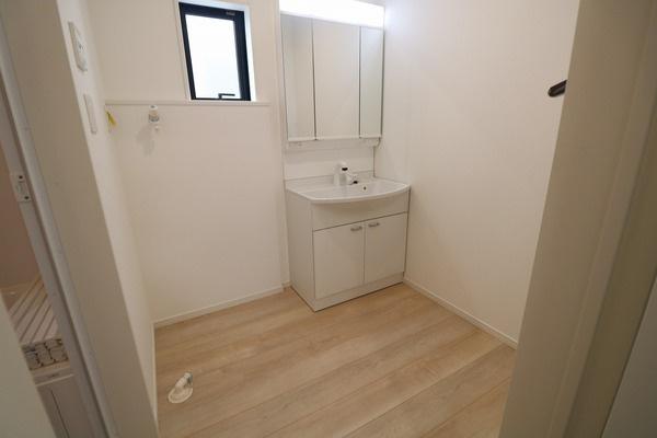 【洗面室】 大きな3面鏡付きの洗面化粧台♪