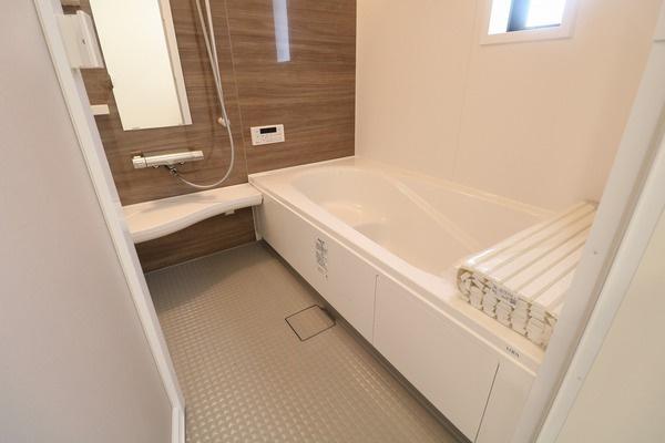 【浴室】 毎日の疲れを癒す広めの浴槽でゆったり浸かれます♪