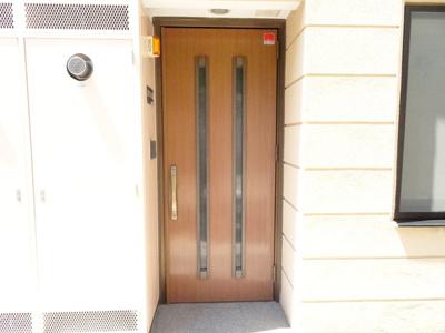 玄関ドアも美しい、グレード感のあるスペースとなっています♪アクセントカラーのある外壁と同色の玄関扉は外観の統一感だけではなく、高級感も漂います。