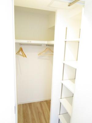 4.7帖の洋室内のウォークインクローゼットです。収納たっぷりの洋室はメインベッドルームとして最適です。