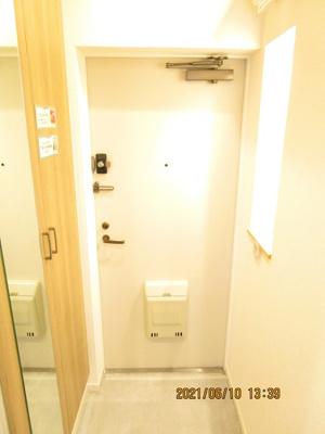 玄関を開けると、右手には鏡付きのシューズクローゼットがあります♪白を基調とした清潔感のあるスペースとなっております♪