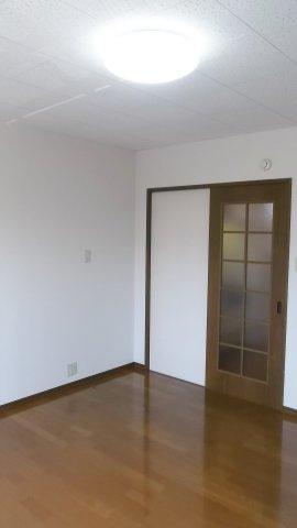 お部屋の扉は引戸なので家具を配置しやすいです♪ ※掲載画像は同タイプの室内画像のためイメージとしてご参照ください。