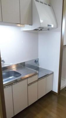 上下収納、調理スペースのついたキッチン!自炊デビューしませんか♪ ※掲載画像は同タイプの室内画像のためイメージとしてご参照ください。