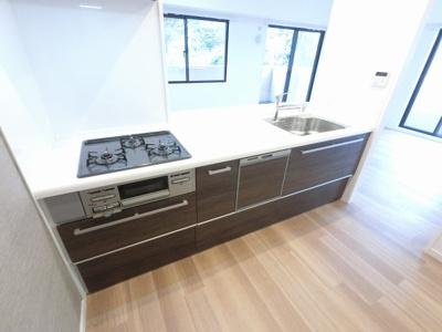 3口ガスコンロのシステムキッチンです。 調理をしながら会話が弾みます♪