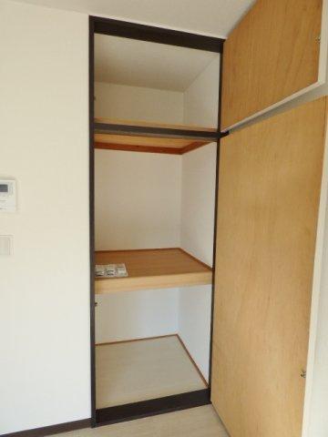居室の収納は2段の押入+天袋! ※掲載画像は同タイプの室内画像のためイメージとしてご参照ください。