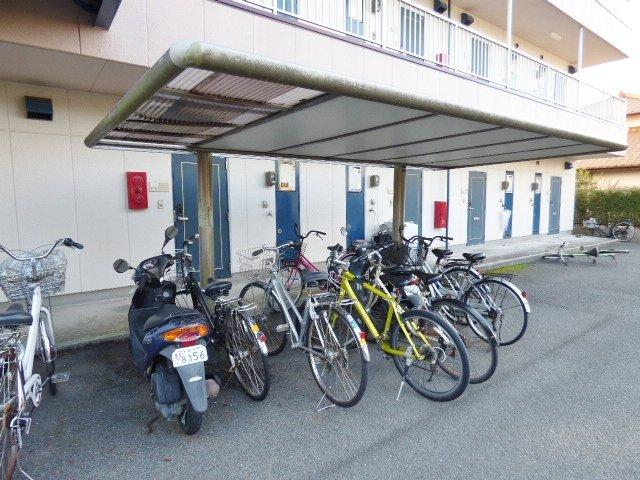 玄関を出てすぐそばに駐輪場があり便利です♪