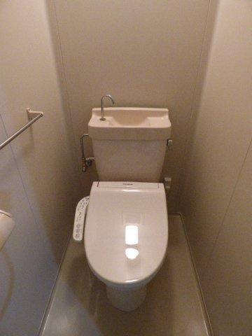 温水洗浄便座で快適♪タオル掛けもございます!