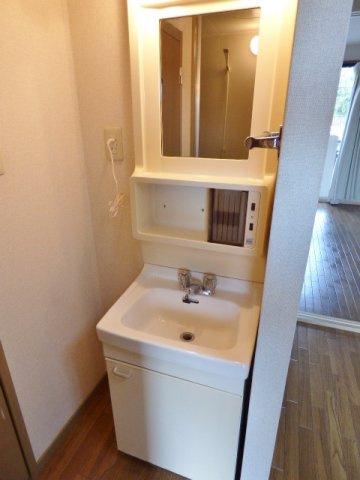 浴室と分かれた洗面台。足や化粧品などが濡れず身支度に便利です♪ ※掲載画像は同タイプの室内画像のためイメージとしてご参照ください。