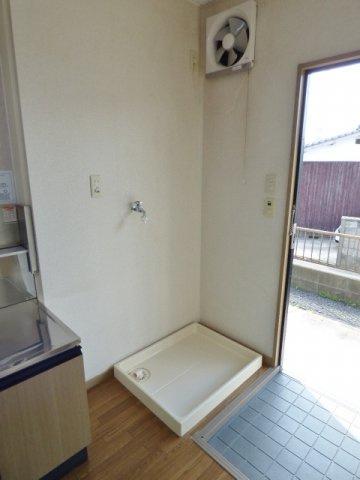 玄関横に洗濯機置場。洗濯パン付き! ※掲載画像は同タイプの室内画像のためイメージとしてご参照ください。