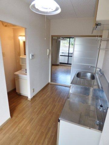 キッチンスペース広々!収納も上下にあり十分♪ ※掲載画像は同タイプの室内画像のためイメージとしてご参照ください。