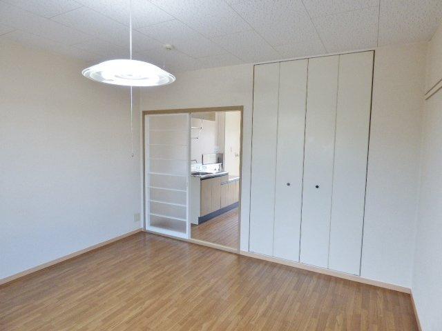 扉は部屋を圧迫しない開き戸と両開き戸♪家具配置の幅が広がります!※掲載画像は同タイプの室内画像のためイメージとしてご参照ください。