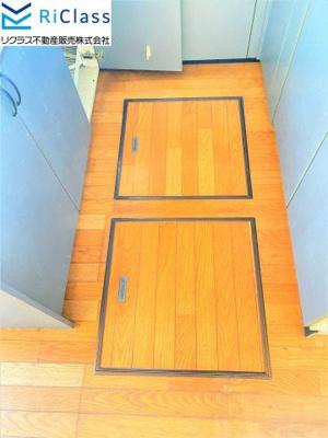 キッチンに床下収納庫がございます
