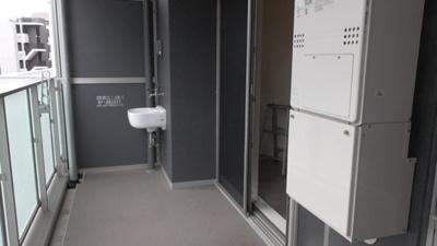 バルコニーは南向きでお洗濯がよく乾きます。スロップシンク付きですので、お掃除やガーデニングにも便利です。