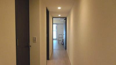 室内は白を基調とした明るい空間。白木のフローリングが気持ち良いですね。