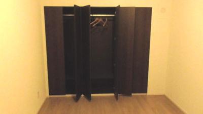 洋室のクローゼットは壁一面で収納力があります。たくさんのお洋服を掛けられますね。