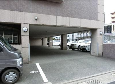 広いスペースで女性でも楽々止めれる駐車場だね