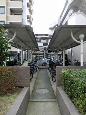 屋根付きで雨も防げてスペースも広くらくらく駐輪!