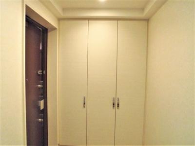 大きなシューズボックスの有る玄関