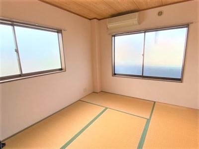 バルコニー側に窓あり。 出窓は北向きになります。