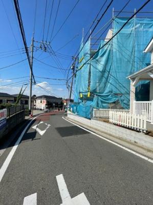 前面道路含む現地写真です。