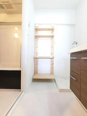 ジョイフル門前仲町第1のサニタリールームです。 室内洗濯機置き場と収納があります。