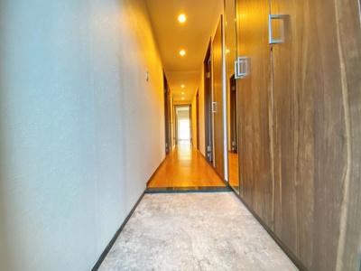 玄関を開けると真っ直ぐ続く廊下は、広く感じられます!充分なシューズボックス装備な為、玄関はいつもスッキリ片付きます