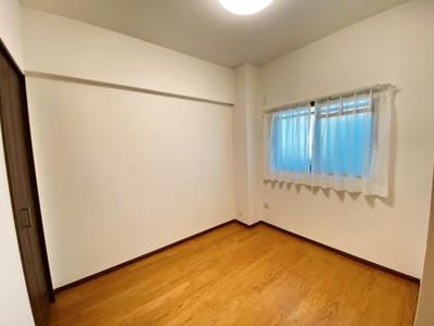 北側の洋室です。全居室、照明器具・CL完備です。