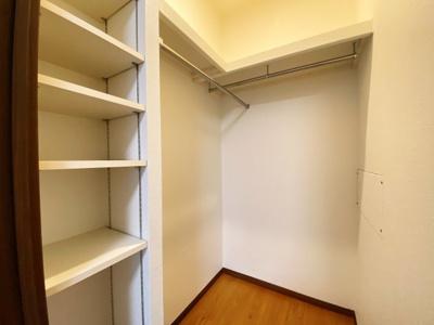 北側の洋室にはWCLも完備です。便利な可動棚もあります。