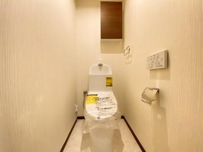 高機能トイレ採用しています。便利な壁面収納も設け、窓も完備なトイレ空間はいつも快適です
