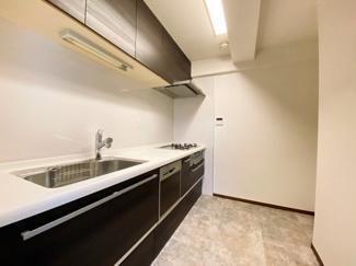 広いキッチンスペースです。冷蔵庫スペースも壁面に確保。