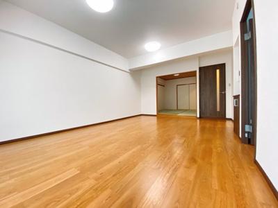 広いリビングは洋室・和室へ繋がっています。