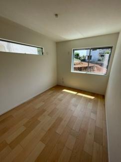 1階洋室6帖 1階ですが高さがある為とても明るいお部屋です!またプライバシーも保てます!